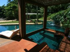 Casa em Ubatuba tem piscina a poucos passos do mar - Terra Brasil
