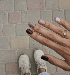 How to use nail polish? Nail polish on your own friend's nails looks perfect, but you can't apply nail polish as you want? You will get gone nail polish co Minimalist Nails, Cute Nails, Pretty Nails, Cute Fall Nails, Nails Kylie Jenner, Black Nail Art, Black Nails Short, Brown Nail Art, Brown Nail Polish