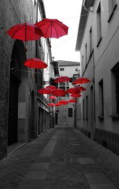 Città d'ombrelli rossi