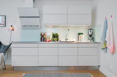 Kitchen interior, small white kitchens и kitchen cabinets. White Kitchen Decor, Kitchen Interior, Kitchen Design, Layout Design, Small White Kitchens, White Kitchen Cabinets, Tiny Living, Home Kitchens, Small Spaces