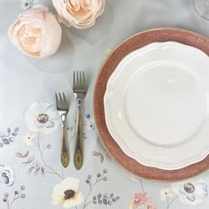 Spring means embracing the charm of pastel colour palettes, alfresco settings, and overflowing florals. Put all of these elements together and you get a tablescape that can only mean that warm/outdoor weather is upon us. Pastel Colour Palette, Pastel Colors, Colour Palettes, How To Get Warm, Blooming Flowers, Pretty Pastel, Floral Centerpieces, Pie Dish, Tablescapes