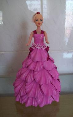 Boneca decorada em eva na cor rosa. Disponível em outras cores e apliques. Oferecemos descontos para pedidos em quantidade.