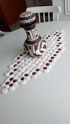 Trilho todo em fuxico tecido 100% algodão crú com detalhes em marrom. Com 75cm de comprimento e 30 cm de largura.