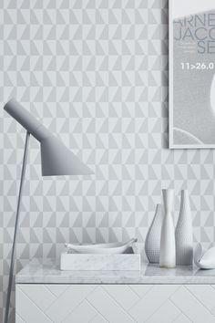 Trapez Arne Jacobsen tapet på www. Hallway Wallpaper, Wallpaper Decor, Geometric Wallpaper, Home Wallpaper, Pattern Wallpaper, Grey Wallpaper, Wallpaper Ideas, Scandinavian Wallpaper, Scandinavian Interior Design