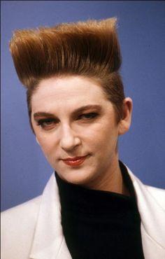 On connaît cette coiffure pour les hommes, moins pour les femmes ! Ici, c'est Desireless, au temps de Voyage, voyage, qui la portait. Il s'agit... ?