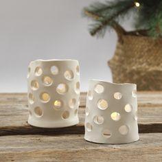 Tee näitä lyhtyjä itsekovettuvasta savesta. Tee ensin pyöreä pohja metallimuotilla. Tee sivuosa (kuten vyö) tasaiseksi ja tee pieniä reikiä pyöreällä muotilla painelemalla. Kokoa pyöreä pohja ja sivuosa (vyö) ja anna kuivua. Christmas Clay, Natural Christmas, Diy Clay, Clay Crafts, Diy Home Crafts, Diy Crafts For Kids, Clay Candle Holders, Clay Projects For Kids, How To Make Clay