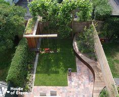 Overzicht slingerbank met tuinhuis moderne tuinen van house of green modern Back Gardens, Small Gardens, Outdoor Gardens, Modern Gardens, Family Garden, Home And Garden, Modern Garden Design, Landscape Design, Garden Architecture