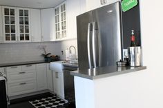 DIY:: Beautiful Budget White And Grey IKEA Kitchen Makeover ! (Have to see this kitchen is gorgeous !) With step by step tutorials And tons of Low Cost Ideas To Use Now in Your Home ! Grey Ikea Kitchen, Kitchen White, Cabin Kitchens, Small Kitchens, Cheap Bathrooms, Ikea Cabinets, Natural Home Decor, Living Room Remodel, House And Home Magazine