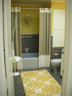 Zwei duschvorhänge plus wand-deko