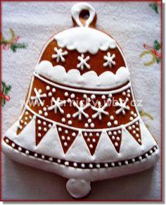 zvoneček Christmas Gingerbread Men, Gingerbread Decorations, Gingerbread Man Cookies, Christmas Dishes, Christmas Desserts, Christmas Treats, Christmas Biscuits, Christmas Sugar Cookies, Cookie House