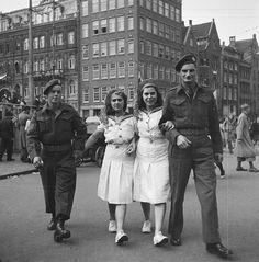 Twee meisjes in matrozenpakjes met twee militairen,28 juni 1945 te Amsterdam