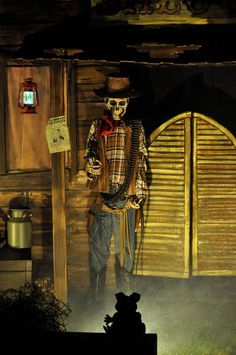 IDEAS & INSPIRATIONS: Halloween Decorations, Halloween Decor: Wild West Halloween Display