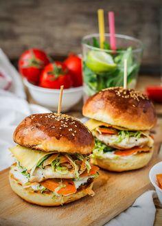 Que tal um delicioso hambúrguer de frango com hummus e salada francesa? Acesse a Revista Westwing e veja essa deliciosa receita!