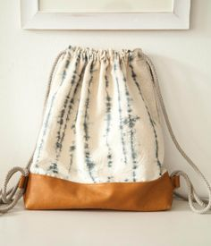 simple, yet chic, batik/tie-dye canvas with leather bottom and long rope straps carry-all tote to grab for the beach, shopping, or school/work. Hipster Rucksack, Diy Sac, Ethnic Bag, Diy Bags Purses, Leather Workshop, Diy Tote Bag, String Bag, Unique Bags, Fabric Bags