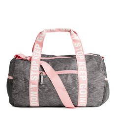 Cylindrical sports bag in woven fabric with two handles with a text print and an adjustable shoulder strap with a metal carabiner hook on one side. Sac Lunch, Looks Academia, Kipling Bags, Cute Backpacks, Cute Bags, Cute Gym Bag, Travel Bags, Purses And Bags, Shoulder Strap