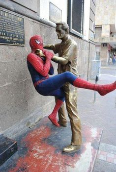 Collection of 45 hilarious photos of people having fun with statues that are both creative and funny. Image Spiderman, Amazing Spiderman, Spiderman Spiderman, Funny Images, Funny Photos, Hilarious Pictures, Bing Images, Fun With Statues, Funny Statues