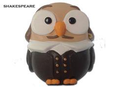 Il gufo Shakespeare realizzato da Egan è il simpatico ritratto del poeta inglese Wlliam Shakespeare che divenne il più importante drammaturco della cultura occidentale. Prezzo: €  19,80. Visita il nostro sito  www.righouse.it per scoprire altri incredibili prodotti nel nostro shop on-line.