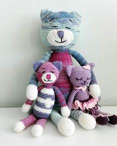 Cica család Crochet Slippers, Amigurumi Doll, Free Crochet, Crochet Patterns, Teddy Bear, Dolls, Minden, Couture, Google