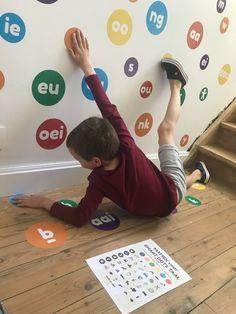 SMART DOTS taal: inzetbaar thuis of bij logopedisten. Dit muursticker- en dobbelspel maakt het aanleren van de lettertekens en woorden superleuk en zorgt ervoor dat leren ook bewegen wordt. Educatief speelgoed voor thuis, in de klas, bij de kinesist, logopedist, kinderpraktijk,... #wallkadot #spelendleren #educatiefspeelgoed #bewegendleren #lerenisleuk #huiswerk #lerenlezen #lerenrekenen #logopedie #kinesitherapie #klas #school #kleuters #kleuterklas