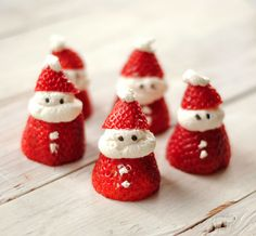 Breakfast Ideas - Celebration Lane Christmas Breakfast Ideas - how cute are these little Santa strawberries for the kids!Christmas Breakfast Ideas - how cute are these little Santa strawberries for the kids! Healthy Christmas Treats, Holiday Snacks, Christmas Snacks, Christmas Brunch, Snacks Für Party, Christmas Breakfast, Noel Christmas, Christmas Morning, Christmas Goodies
