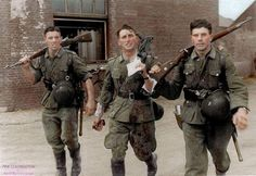 Bloody war : 3 Germans soldiers returning from a Battle in 1941. The officer on the left carrying his MP40 have a lot of blood on his trousers and tunic… ——————– Guerre sanglante : 3 soldats allemands revenant d'une bataille, 1941. L'officier du...
