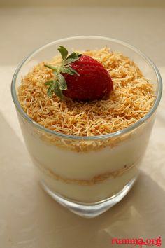 Muhallebili kadayıf tatlısı şimdilerde popüler tatlılardan , kadayıf ile muhallebinin nefis uyumu..Harika ,leziz bir tatlı tavsiye ederim.. Şerbetli muhallebili kadayıf tarifine buradan bakabilirsiniz. Tepside muhallebili kadayıf tarifi burada Muhallebili kadayıf için gerekenler  Malzemeler: 5 su bardağı süt (1 lt) 2 dolu yemek kaşığı nişasta 2 dolu yemek kaşığı un 1 su bardağı toz şeker …