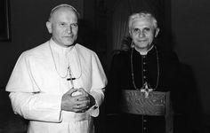 En esta foto de archivo de 1979 muestra a el papa Juan Pablo II, a la izquierda, con el cardenal de Munich Joseph Ratzinger. Ratzinger que fue elegido Papa el 19 de abril de 2005 (AP)