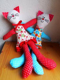 Hračka Kočka Hračka kočička je ušita ze 100% bavlny, doplněna knoflíčky, vyplněna kuličkovým vláknem, ouška má zpevného filcu, na krku má mašličku . Výška cca 31 cm, šířka spodního lemu sukýnky cca 9 cm. Cena je uvedena za 1 kus. V nabídce je pouze červená kočička, modrou kočičku můžeme došít na přání, také se lze domluvit na jiné barevné kombinaci, ...