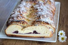 Sommerkringle: Flettebakst med blåbær og vaniljekrem Banana Bread, Baking, Desserts, Recipes, Food, Tailgate Desserts, Deserts, Bakken, Eten
