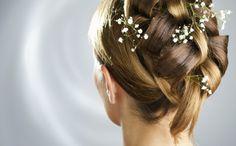 geflochtene Hochzeitsfrisur lange Haare Haarschmuck Blumen