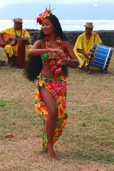 Hawaiian Woman, Hawaiian Girls, Hawaiian Dancers, Polynesian Dance, Polynesian Culture, Hawaiian Costume, Tahitian Costumes, Tahitian Dance, Hula Dancers