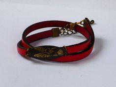 Bracelet en cuir rouge.