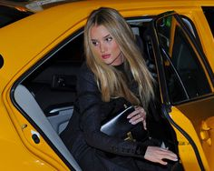 Pay attention Paris Hilton. This is how to exit a cab gracefully girls #TheyAllHateUs