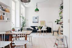 Scandinavisch appartement met een kruidenrek op het balkon - Roomed | roomed.nl
