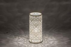 Artikel 11149 Deze tafellamp is gemaakt van keramiek en voorzien van een fraai, opengewerkt patroon. Door dit opengewerkte patroon ontstaat er een sfeervolle uitstraling. Het keramiek is wit van kleur en voorzien van een wit snoer met daaraan de schakelaar.http://www.rietveldlicht.nl/artikel/tafellamp-11149-klassiek-eigentijds_klassiek-landelijk-rustiek-wit-mat-keramiek-rond