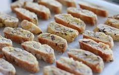 Ricetta originale per preparare i cantuccini toscani a casa. Essi vanno accompagnati dal Vin Santo del Chianti