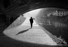(…) Oltrepassiamo i nostri ponti dopo esserci arrivati, ce li bruciamo alle spalle e niente dimostra il cammino percorso tranne il ricordo dell'odore del fumo e la sensazione che una volta i nostri...
