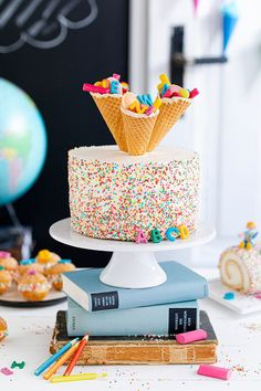 Confetti school cake made easy-Konfetti-Einschulungstorte leicht gemacht Cheesecake school cake with school bags, ABC decoration, and sprinkles without baking. Cakes To Make, How To Make Cake, Easy Cake Recipes, Dessert Recipes, Desserts, Hair Rainbow, School Cake, Velvet Cake, Cheesecake Recipes
