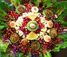 Μια πολύ νόστιμη εορταστική σαλάτα που ταιριάζει απόλυτα με τις εορτές των Χριστουγέννων και της Πρωτοχρονιάς. Η ιδιαιτερότητα της είναι η υπέροχη γλ Floral Wreath, Cooking Recipes, Christmas Recipes, Food, Trust, Skinny, Desserts, Lunch Boxes, Tailgate Desserts