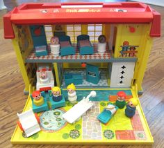 Family Hospital The 14 Greatest Fisher-Price Little People Playsets Of Your Childhood 1980s Childhood, My Childhood Memories, Family Memories, Fisher Price Toys, Vintage Fisher Price, Retro Toys, Vintage Toys, Antique Toys, Vintage Stuff