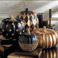 Halloween goes Creepy Chic with Goulish Glitter dusted black pumpkins.but I think they just look unusual & interesting all through Fall! Can you picture an October formal wedding using these in the decor?Black and Gold Glitter Pumpkin Halloween Chic, Table Halloween, Holidays Halloween, Halloween Pumpkins, Halloween Crafts, Halloween Party, Halloween Decorations, Halloween Recipe, Halloween 2020