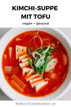 Diese vegane Kimchi-Suppe (Kimchi-Jjigae) ist ein einfaches Rezept, um übrig gebliebenen Kimchi aufzubrauchen. Mit Tofu, Rettich und scharfer Chilipaste ergibt sie eine leckere scharf-säuerliche Suppe.