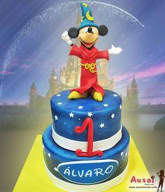 Tarta inspirada en el mundo de fantasía de Disney, con Mickey como personaje principal, en su papel de aprendiz de mago, para un niño muy especial. ¡Felicidades Álvaro!