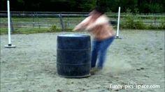 Saltando el barril { GIF } #caidas #graciosos #salto