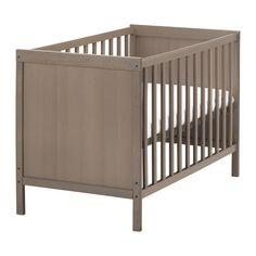 IKEA - SUNDVIK, Babybett, , Der Bettboden kann in zwei Höhen montiert werden.Eine der Bettseiten lässt sich abnehmen, damit das Kind selbst ins/aus dem Bett klettern kann.Das robuste Material des Bettbodens wurde auf korrekte Unterstützung getestet. So schlafen Kinder sicher und bequem.Der Bettboden ermöglicht gute Luftzirkulation und bietet daher optimale Belüftung, was für ein angenehmes Schlafklima sorgt.