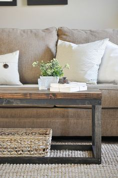 Learn how to build a DIY coffee table? Check our 50 free DIY coffee table plans to build a coffee table for your living room, farmhouse, indoor & outdoor. Decoration Bedroom, Decoration Design, Decoration Table, Wall Decor, Home Design Diy, Diy Home Decor, Design Ideas, Diy Coffee Table Plans, Decorating Coffee Tables