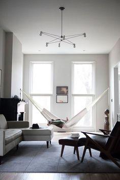 お部屋にハンモックもかなりおすすめ。お休みの日には、ゆったりとリラックスしてついついお昼寝しちゃう午後もいいですね。プライベート空間をシンプルに増やすヒントにも◎