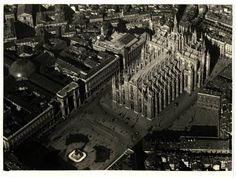 Throwback Thursday in Milan: aerial view of the majestic 'Duomo di Milano' in the first half of the XX century. At that time in the world: George Washington, first U.S. president elected; Disney releases Snow White and the Seven Dwarfs; The Last of the Mohicans is published; Football great Lawrence Taylor born. #tbt #vintage #blackandwhite #bnw #milano #duomo #snowwhite #sevendwarfs #american #president #football #player #ретро #четверг #раритет #винтаж  #чб_фото