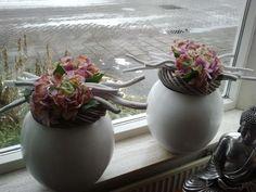 vensterbank decoratie bloempot hout   Zo ziet de gemiddelde Nederlandse vensterbank eruit   Life   Upcoming Nature Decor, My Living Room, Flower Designs, Flower Art, Concrete, Diy Crafts, Rustic, Spring, Garden