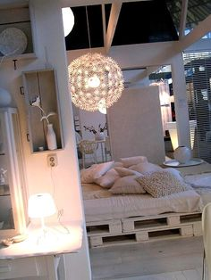 Cool way of setting up a bed -could be for temporary use or permanent very…